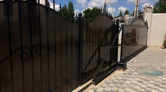бронзовый поликарбонат на заборе